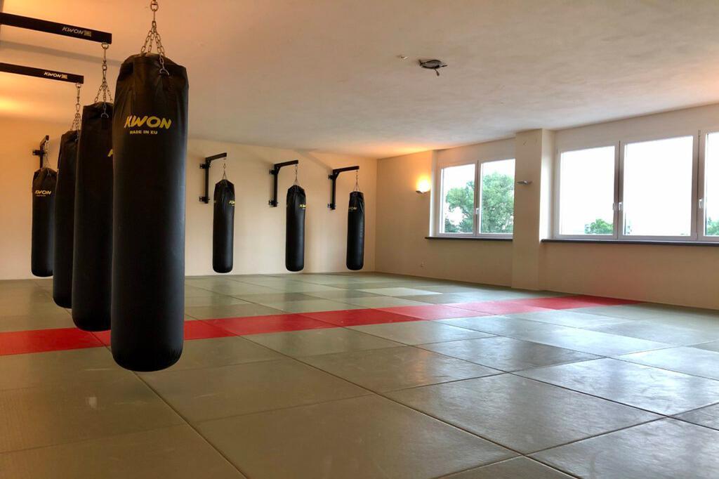 Trainingsraum mit Sandsäcken. Räumlichkeiten für das Training.